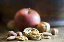 Apple su superficie di legno — Foto stock