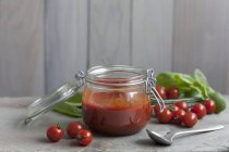 Tomaten-Sugo in Glas über Holzoberfläche und Hintergrund — Stockfoto