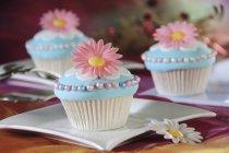 Кексы, оформленный с розовыми цветами — стоковое фото
