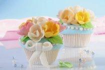 Кексы, украшенный марципаном цветами — стоковое фото