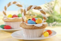 Cupcakes de Páscoa decorada com ovos de açúcar — Fotografia de Stock