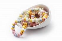 Крупным планом вид конфеты Браслеты в белый шар — стоковое фото