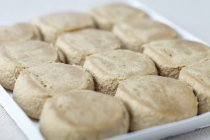 Vista del primo piano dei pezzi di pasta biscotto crudo sul vassoio d'imballaggio — Foto stock