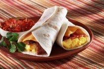 Pancetta e formaggio sulla zolla rossa — Foto stock