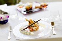 Pâtisserie entrelacée avec la crème au chocolat blanche — Photo de stock