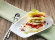 Vista del primo piano di fette di mela, mango, fragole, pere e uva — Foto stock