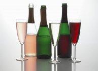 Bouteilles et verres de vin mousseux — Photo de stock
