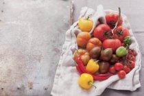 Surtido de tomates y chiles - foto de stock
