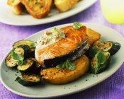 Trancio di salmone con zucchine — Foto stock