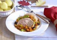 Coscia di Turchia con prugne e gnocchi di patate — Foto stock