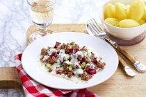 Piatto di barbabietole e carne — Foto stock