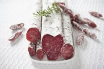 Salchichas de salami españolas en trozos - foto de stock