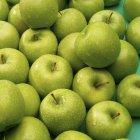 Свежевымытые зеленые яблоки — стоковое фото