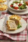 Pasticci di carne che pone sul piatto — Foto stock