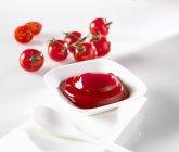 Ketchup in un piatto con un cucchiaio — Foto stock