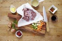 Guance di maiale crudo con ingredienti — Foto stock