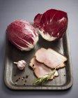Radicchio und Scheiben von Fleisch — Stockfoto