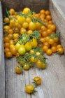 Жовтий помідори в дерев'яних ящиків — стокове фото