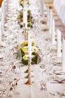 Eine festlich gedeckte Tafel mit Weingläsern und Kerzenhalter — Stockfoto