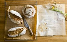 Pagnotte di pane appena sfornati — Foto stock