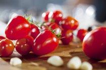 Pomodorini su tavola di legno — Foto stock