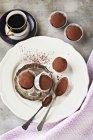 Трюфель Пралінові цукерки на тарілку — стокове фото