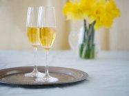 Verres à champagne sur un plateau en argent — Photo de stock