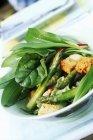 Чаша, салат з свіжих овочів над лоток — стокове фото