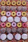 Filas de galletas de colores - foto de stock