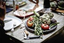 Артишоки, розмарин і помідорами на борту — стокове фото