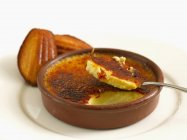 Крем-брюле і madeleines — стокове фото