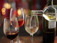Проливное вино в стекло — стоковое фото