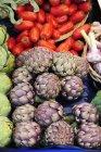 Carciofi freschi e pomodori — Foto stock
