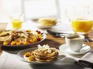 Завтрак с блинами и кофе — стоковое фото