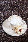 Чашку капучино на кофейных зерен — стоковое фото