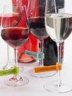 Vue rapprochée des verres à vin avec étiquettes et bouteilles en plastique — Photo de stock