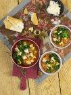 Zuppa di verdure con fagioli borlotti e cavolo verde sulla superficie di legno — Foto stock