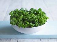 Chou vert dans un bol blanc — Photo de stock