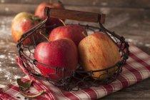 Rote reife Äpfel im Korb — Stockfoto