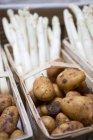 Новый картофель в деревянную корзину — стоковое фото