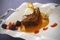 Pastel con salsa de caramelo - foto de stock