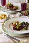 Bistecca di manzo con pancetta — Foto stock