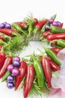 Рождественский венок с красным и зеленым перцем чили — стоковое фото