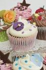 Различные кексы, украшенный цветами сахара — стоковое фото