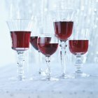 Varias copas de vino tinto - foto de stock
