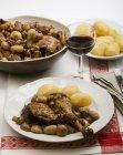Vista del primo piano del Coq au vin con funghi e patate — Foto stock