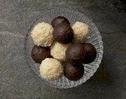 Шоколадні трюфелі в мисці — стокове фото
