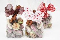 Artículos de confitería de Navidad en bolsas de celofán - foto de stock
