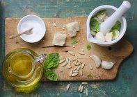 Ingredientes para o pesto de manjericão — Fotografia de Stock
