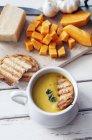 Butternuss-Kürbissuppe mit gegrilltem Brot — Stockfoto